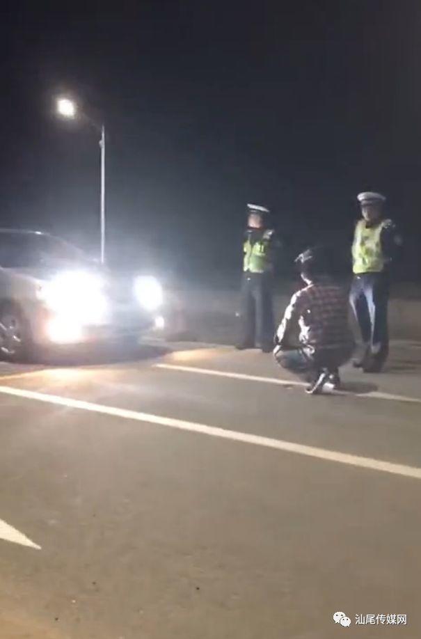 """海丰一司机滥用远光灯被交警拦下,然后这样""""处罚""""…… 海丰一司机滥用远光灯被交警拦下 罚以其人之道还治其人之身 海丰"""