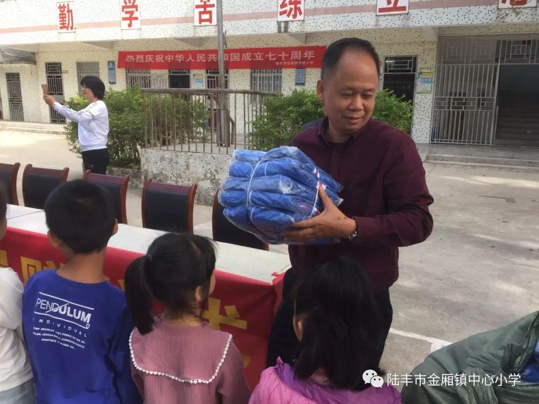 陆丰金厢镇竹桥村陈如相先生为竹桥小学学生捐赠校服 陆丰新闻 第4张